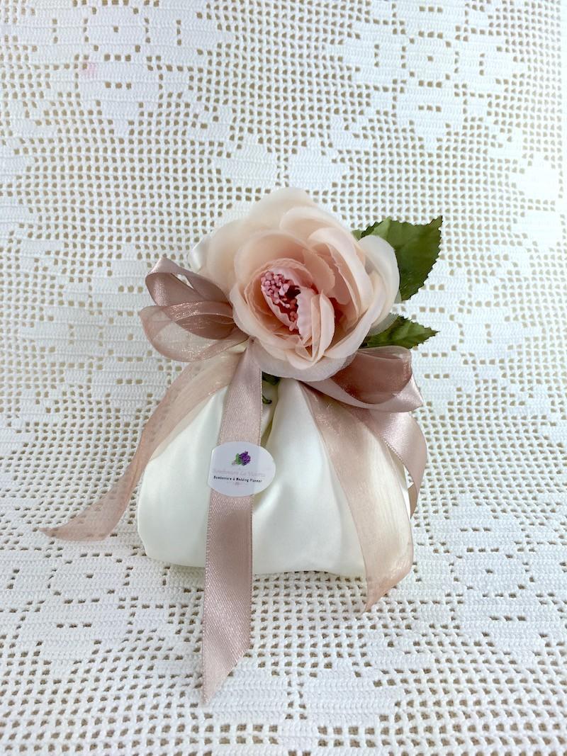 Sacchettone portaconfetti in raso avorio e rosa cipria for Rose color rosa antico
