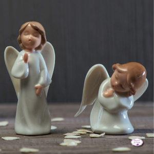 bomboniera-angelo-maschio-in-porcellana-due-posizioni-assortite-standing-e-bending-linea-angels-ad-emozioni-bomboniere-la-violetta